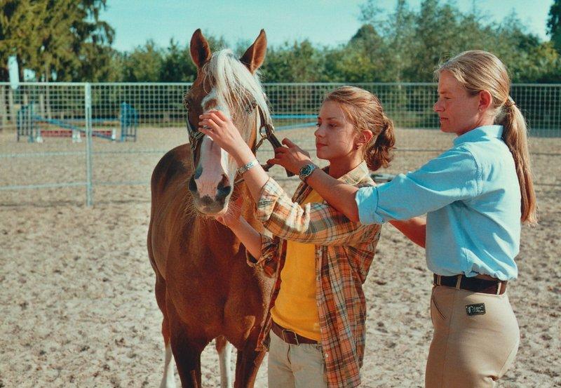 ARD/WDR ALINAS TRAUM, Deutschland 2005, Regie: Brigitta Dresewski, am Samstag (04.04.15) um 10:03 Uhr im ERSTEN. Alina (Marett Katalin Klahn) und die Pferdeflüsterin Andrea (Andrea Kutsch, r). – Bild: WDR/Televersal