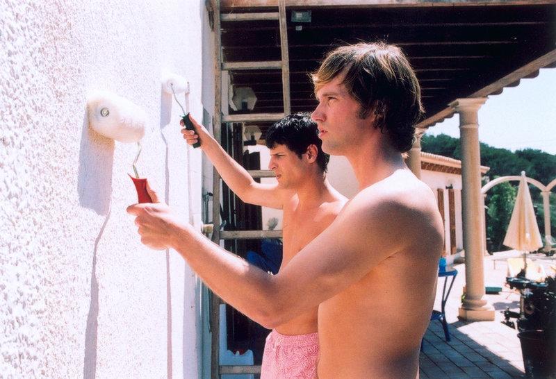 Um Papas Bungalow zu renovieren, fliegen Daniel (Matthias Schloo, vorne) und Mark (Manuel Cortez, hinten) nach Ibiza. Doch schon bald lockt das Strandleben ... – Bild: ProSieben Eigenproduktionsbild frei