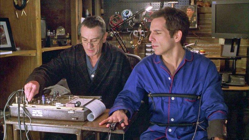 Greg (Ben Stiller, re.) wird von Jack (Robert de Niro, li.) an den Lügendetektor-Test angeschlossen..Greg (Ben Stiller, re.) wird von Jack (Robert de Niro, li.) an den LĂĽgendetektor-Test angeschlossen.. – Bild: RTL II