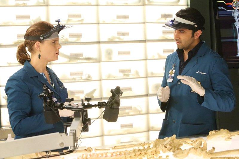 Brennan (Emily Deschanel) und Arastoo Vaziri (Pej Vahdat) untersuchen eine Leiche, die offenbar bereits seit zehn Jahren tot ist. Darüber hinaus stehen sie unter besonderer Beobachtung, da sie bei der Arbeit von einem Kamerateam begleitet werden, das die Zusammenarbeit des Jeffersonian Teams mit dem FBI dokumentiert. – Bild: RTL / FOX