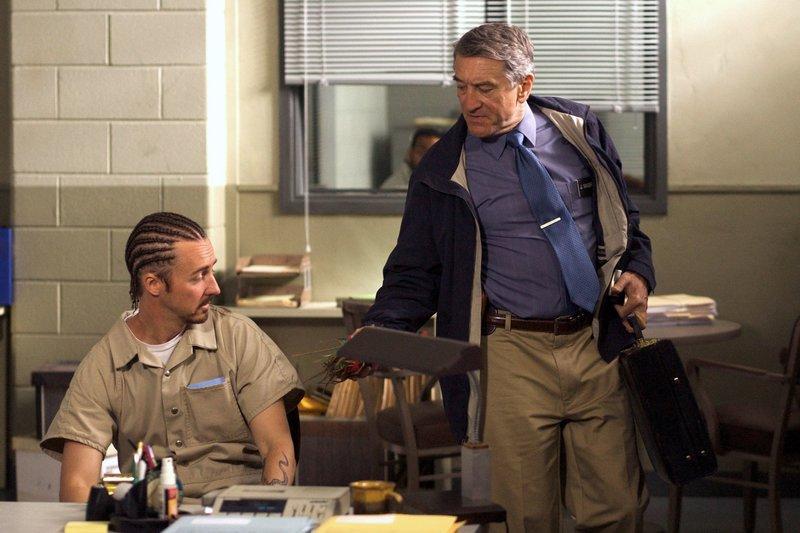 """Der Bewährungsbeamte Jack Mabry (Robert De Niro, re.) zeigt """"Stone"""" Creeson (Edward Norton) das Geschenk, dass er von dessen Frau bekommen hat. – Bild: ARD Degeto"""