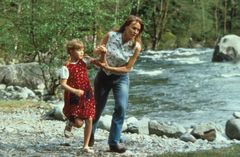 Ihr Leben ist in Gefahr. Lori (Robin Wright Penn, r.) versucht verzweifelt, sich und ihre Tochter Chrissy (Pauline Roberts, l.) vor dem Mörder in Sicherheit zu bringen. – Bild: ZDF und Studio Canal