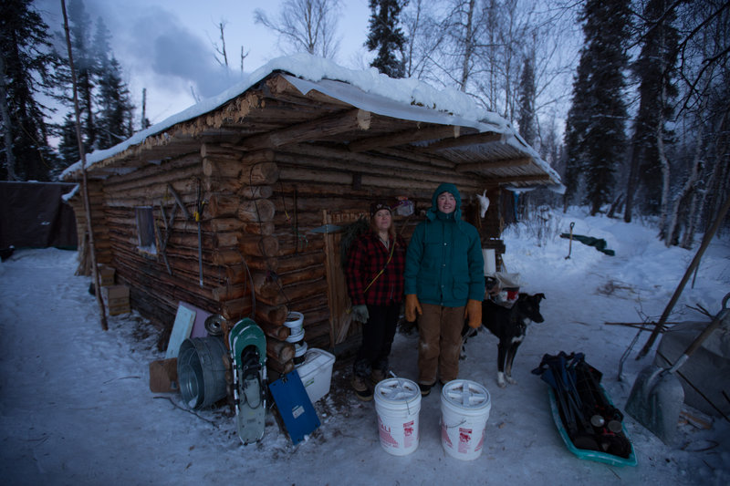 Cindy Lewis and eldest daughter Molly Lewis outside the family's cabin. – Bild: Animal Planet / Discovery Communications