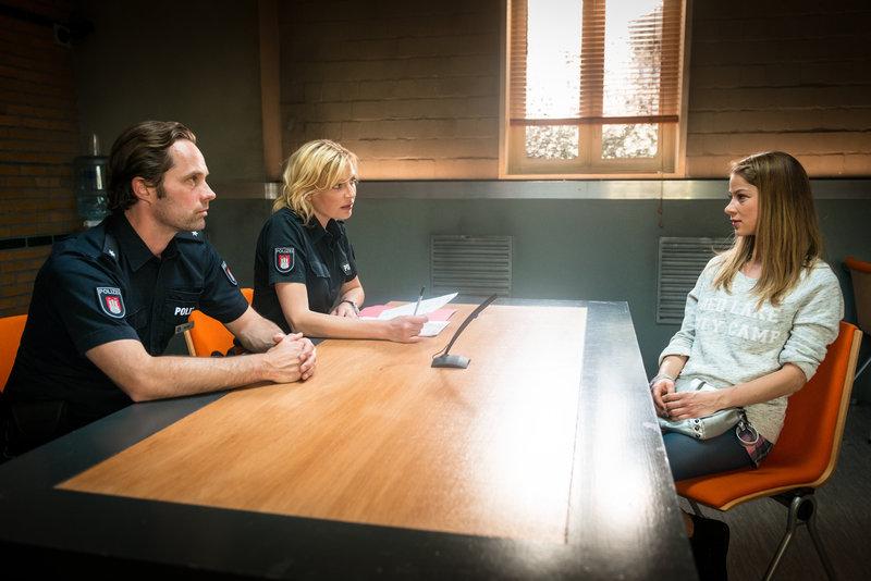 Melanie (Sanna Englund, M.) und Mattes (Matthias Schloo) verdächtigen Ava (Lea Ruckpaul, r.), ihren Freund aus Eifersucht fast getötet zu haben. – Bild: ZDF und Boris Laewen