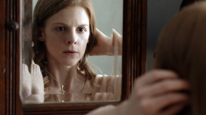 Nell (Ashley Bell)zieht in ein Frauenhaus und versucht zusammen mit ihrem Therapeuten Frank Merle, ihre Vergangenheit aufzuarbeiten und ein neues Leben zu beginnen... – Bild: RTL II