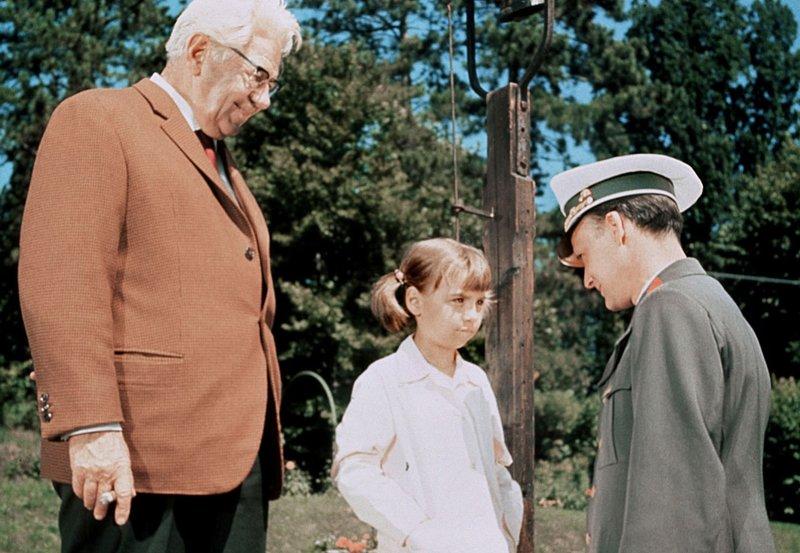 hr-fernsehen HAPPY-END AM WÖRTHERSEE, Spielfilm, Österreich 1964, Regie: Hans Hollmann, am Samstag (05.11.11) um 14:25 Uhr. Die kleine Sabine Schmitz (Ilonka Rasch) wohnt während der Ferien bei Severin Petermann (Paul Hörbiger, li.) und erfährt von einem Polizisten, dass ihr Ferienfreund ausgebüchst ist. – Bild: HR/Degeto
