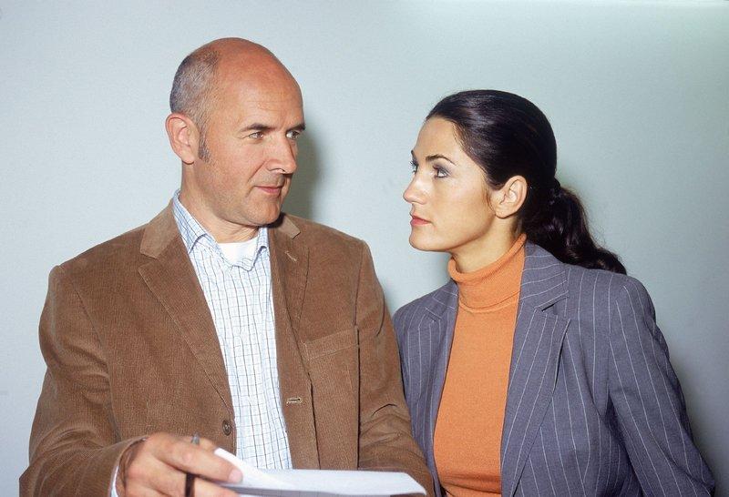 Dr. Duhler (Klaus Schindler) erklärt Staatsanwältin Sturm (Mariella Ahrens) den vermutlichen Tathergang. – Bild: MG RTL D / Rolf Baumgartne