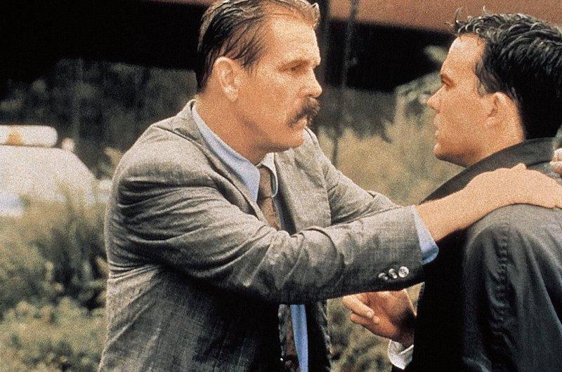 Der irische Cop Brennan (Nick Nolte, li.) ist eine gefuerchtete Beruehmtheit im New Yorker Latinoviertel. Aber selbst er kann den jungen Anwalt Al Reilly (Timothy Hutton, re.) nicht von seinen hartnaeckigen Recherchen abbringen. – Bild: kabel eins Classics