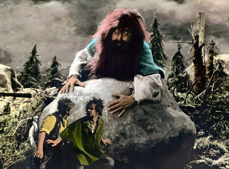 Rübezahl (Franz Essel) steigt zu den Menschen ins Tal hinunter - er belohnt die Guten und bestraft die Bösen. – Bild: SWR/RBB