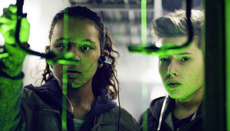 Nora (l.) und Simon (r.) überwinden eine Laserschranke. – Bild: NDR