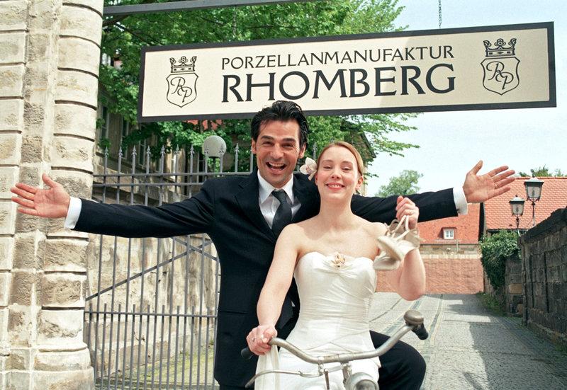 Ende gut, alles gut: Luca (Erol Sander) hat sich scheiden lassen und heiratet seine große Liebe Franka (Franziska Petri). – Bild: SWR/ARD Degeto/Rolf von der Heydt