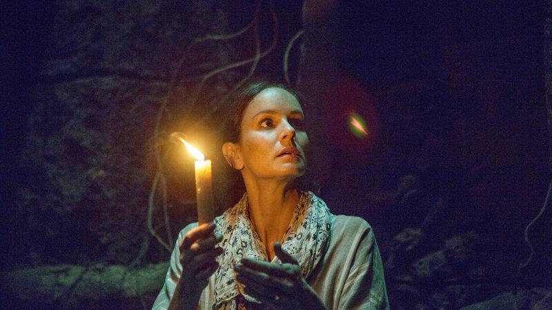 Noch ahnt Maria (Sarah Wayne Callies) nicht, welchen Schrecken sie in diese Welt bringt, als sie die Tür zur Totenwelt öffnet, um mit ihrem verstorbenen Sohn zu kommunizieren ... – Bild: Film 1 Premiere
