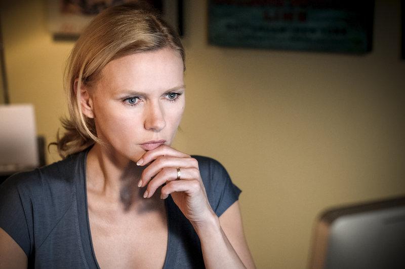 Minette (Veronica Ferres) auf der Suche nach der vermissten Nora Nowak. – Bild: ZDF und Hendrik Heiden