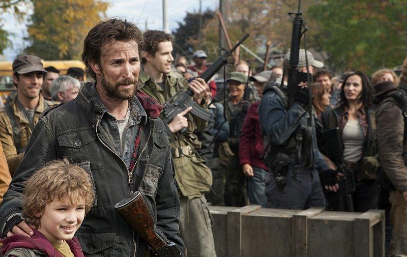 Geben den Kampf nicht auf: Tom (Noah Wyle, vorne 2.v.r.), Matt (Maxim Knight, vorne r.) und die restlichen Überlebenden ... – Bild: TNT Serie