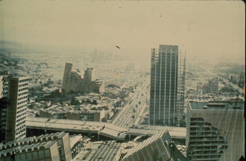 Das Erdbeben legt Los Angeles in Schutt und Asche ... – Bild: TNT