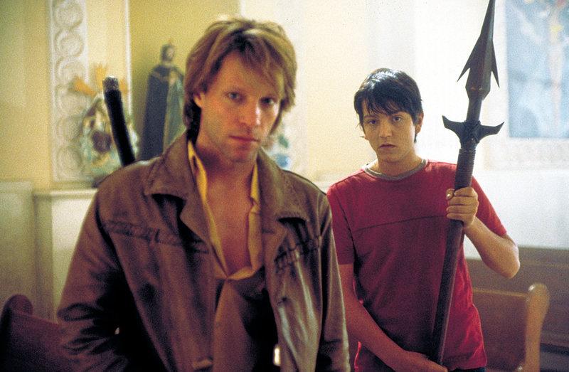 Vampirjäger Derek Bliss (Jon Bon Jovi, li.) mit Sancho (Diego Luna), einem seiner Helfer – Bild: RTL II