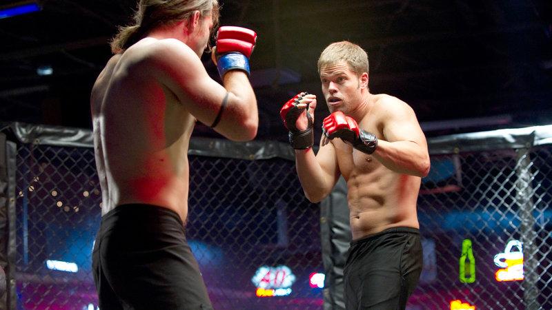 Um seinem Freund Jake zu helfen, nimmt der Wrestler Dillon (Wes Chatham, re.) an Mixed-Martial-Arts-Kämpfen teil. Dort erweist er sich als Talent.. – Bild: RTL II
