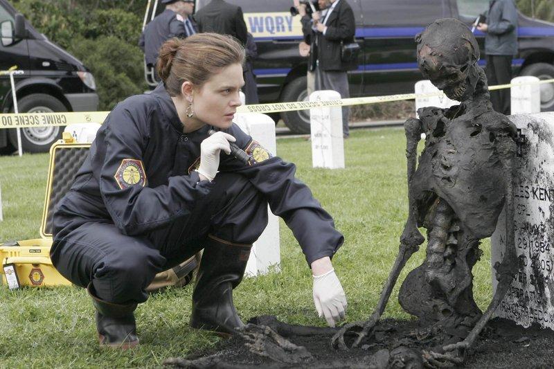 "BONES: Brennan (Emily Deschanel) investigates evidence from a murder scene in Arlington Cemetery in the BONES episode ""The Soldier on the Grave"" airing Wednesday, May 10 (8:00-9:00 PM ET/PT) on FOX. ©2006 Fox Broadcasting Co. Cr: Carin Baer/FOX – Bild: Fox TV"