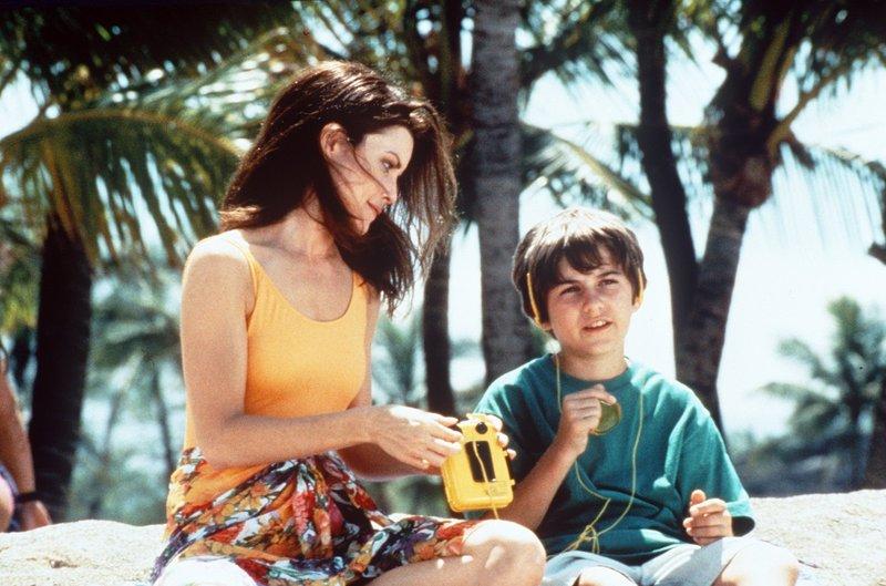 Alex (Mitzi Kapture) versucht vergeblich, Timmy (Mike Hughes) dazu zu bringen, im Becken mit den Delphinen zu spielen. – Bild: Nitro.