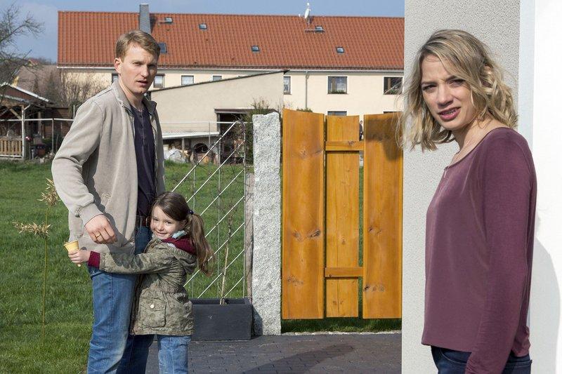Polizist Frenzel (Lucas Prisor) mit Tochter Annika und Ehefrau Maja (Jytte-Merle Böhrnsen) – Bild: MDR/MOLINA FILM/Steffen Junghans