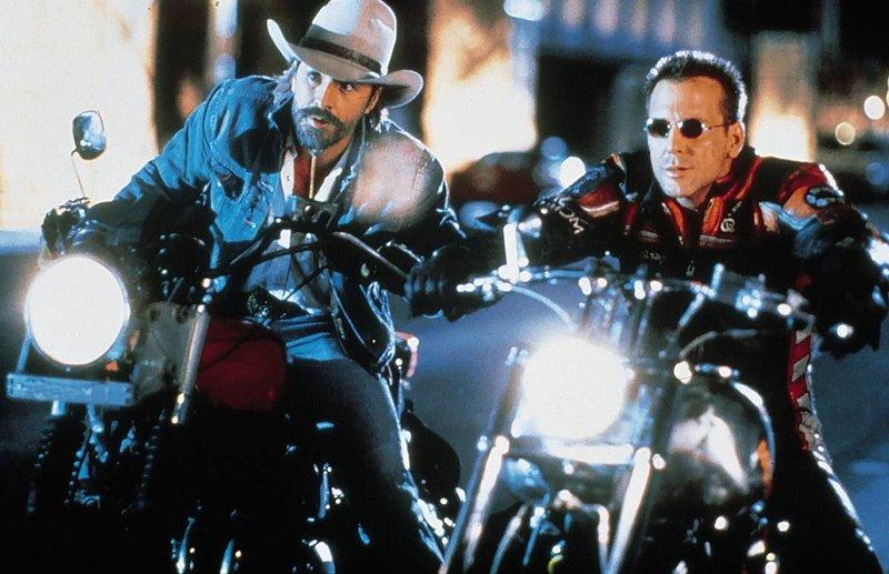 Die Asphalt-Cowboys Marlboro Man und Harley Davidson brausen auf ihren Motorraedern durch Los Angeles. – Bild: Das Vierte