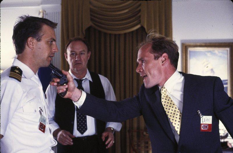 Navy-Offizier Tom Farrell (Kevon Costner), Verteidigungsminister Bryce (Gene Hackman) und Scott Pritchard (Will Patton,r.). – Bild: Turner