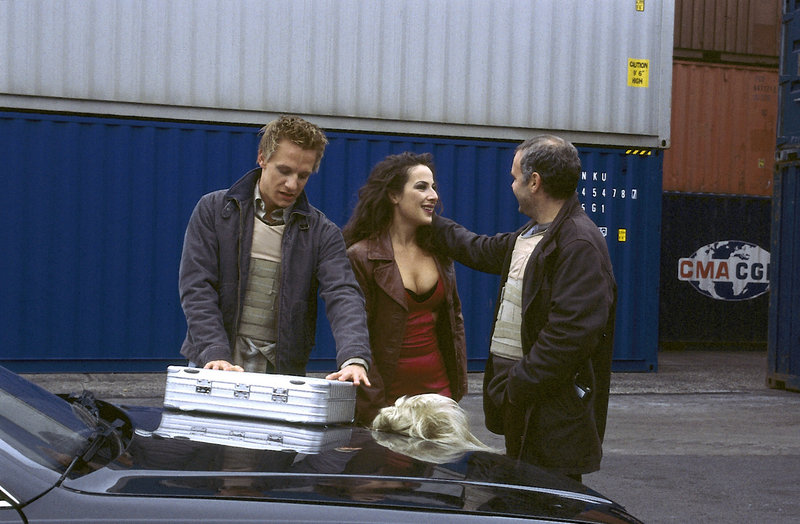 Tobi (Mike Hoffmann, l.), Daniela (Clelia Sarto) und Frank (Jophi Ries) ist es gerade gelungen, eine Geldfälscherbande zu überführen. – Bild: ZDF