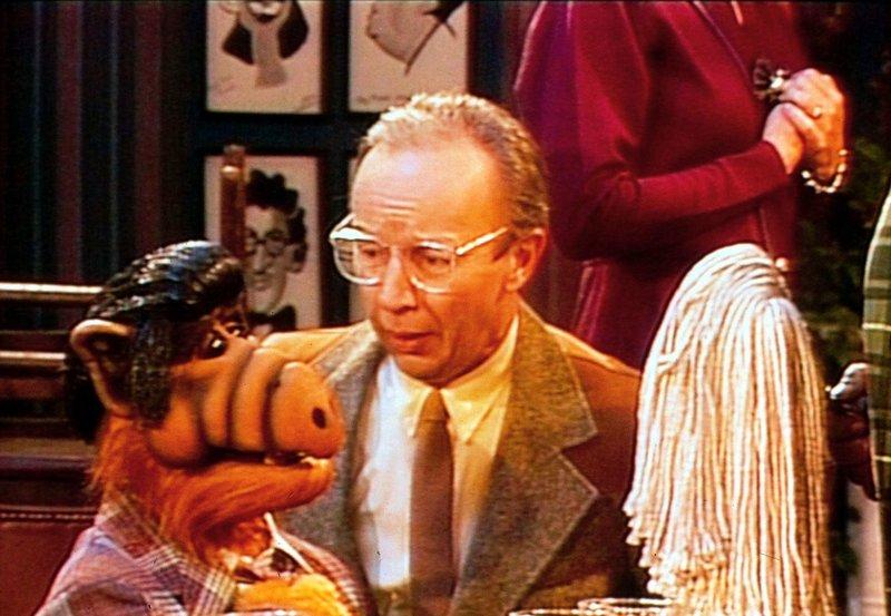 Willie (Max Wright, r.) bittet Alf (l.), seine Karriere als Komiker aufzugeben ... – Bild: TM+© Warner Bros. Lizenzbild frei