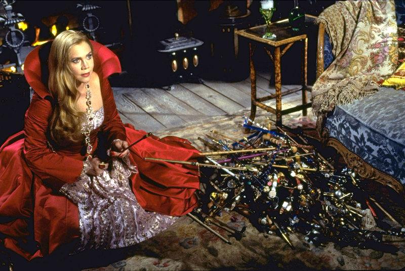Zu allem Überfluss taucht auch noch die böse Fee Claudia (Kathleen Turner) auf und holt zum Schlag gegen ihren friedliebenden Zauberkollegen aus… – Bild: RTL II