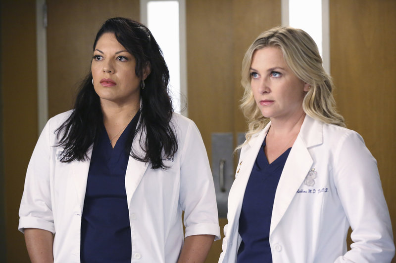 On left: Dr. Callie Torres (Sara Ramirez) and on right Dr. Arizona Robbins (Jessica Capshaw). – Bild: 2014 American Broadcasting Companies, Inc. All rights reserved.