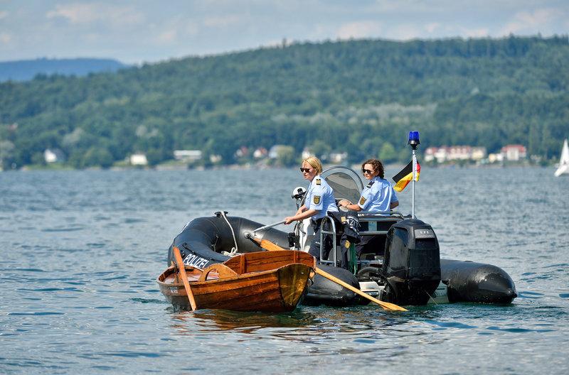 Nele (Floriane Daniel, l.) und Julia (Wendy Güntensperger, r.) inspizieren ein Ruderboot, das unbemannt auf dem Bodensee treibt und finden eine Leiche. – Bild: Das Erste