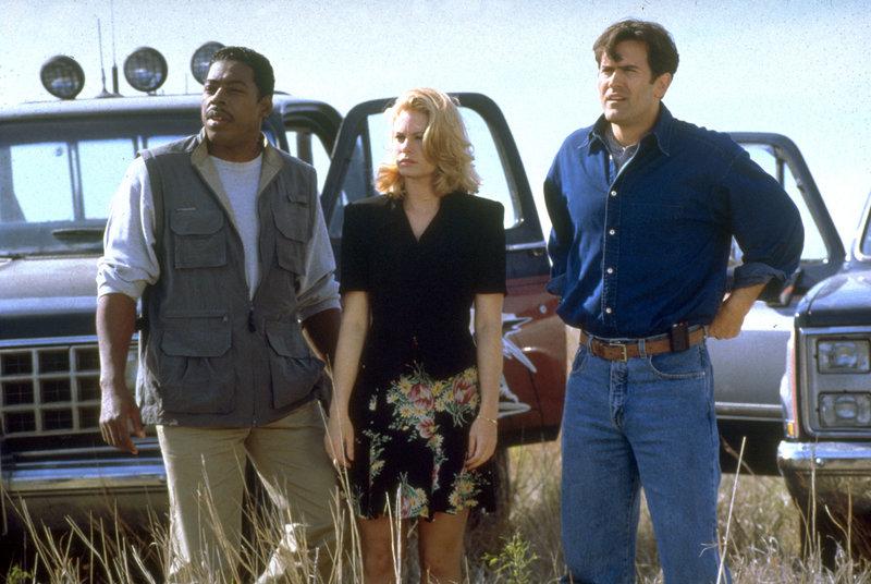 Dr. Branson (Ernie Hudson, li.), Sam Callen (Shannon Sturges) und Jake Thorne (Bruce Campbell, re.) sind beunruhigt - ein Tornado nähert sich dem Städtchen. – Bild: RTL II