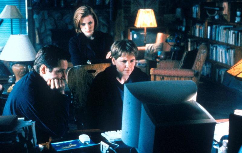 Mulder (David Duchovny, l.) und Scully (Gillian Anderson, M.) untersuchen eine Mordserie in Kalifornien. – Bild: TM + © 2000 Twentieth Century Fox Film Corporation. All Rights Reserved. Lizenzbild frei
