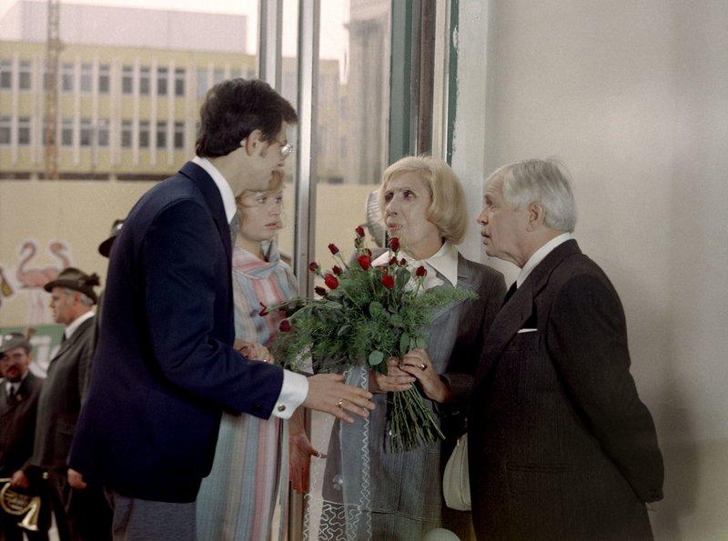 rbb Fernsehen OH, DIESE TANTE, Filmkomödie DDR 1978, am Sonntag (04.04.10) um 09:00 Uhr. Die Sorge um ihren geliebten Neffen Heinz (Wolfgang Penz, 1.v.l.) ist Tante Alma (Agnes Kraus, 3.v.l.) inzwischen los. Er ist wohlbestallter Tierarzt in Klückow und bei seiner Jana (Marta Raslova, 2.v.l.) in recht festen Händen. Dr. Kröpelin (Fred Mahr, r.) hält diesen Zeitpunkt für günstig und macht Alma einen Heiratsantrag. Alma wäre auch gar nicht abgeneigt, gäbe es da nicht das blutrünstige Hobby des Freiers: die Jagd. Eine Zweisamkeit auf dem Hochsitz ist für Alma schlicht und einfach unvorstellbar. Aber Kröpelin wäre nicht Kröpelin und Alma wäre nicht Alma, wenn sie vor solchen Schwierigkeiten kapitulieren würden... – Bild: rbb/DRA/Wolfgang Bangemann