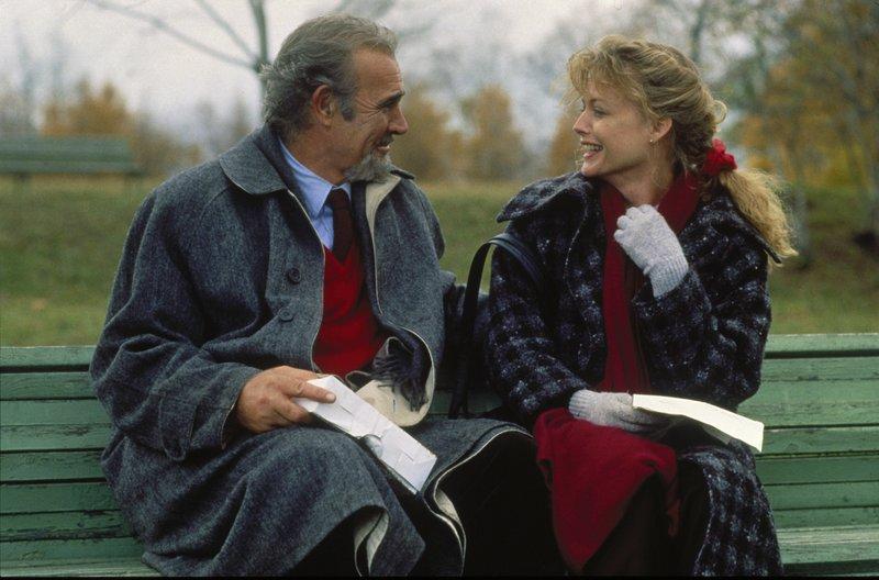 Der Verleger Blair (Sean Connery) hat nicht vermutet, dass seine Mission in Russland so angenehm werden würde: Er ist sehr angetan von seiner Vermittlerin Katya (Michelle Pfeiffer). – Bild: Turner