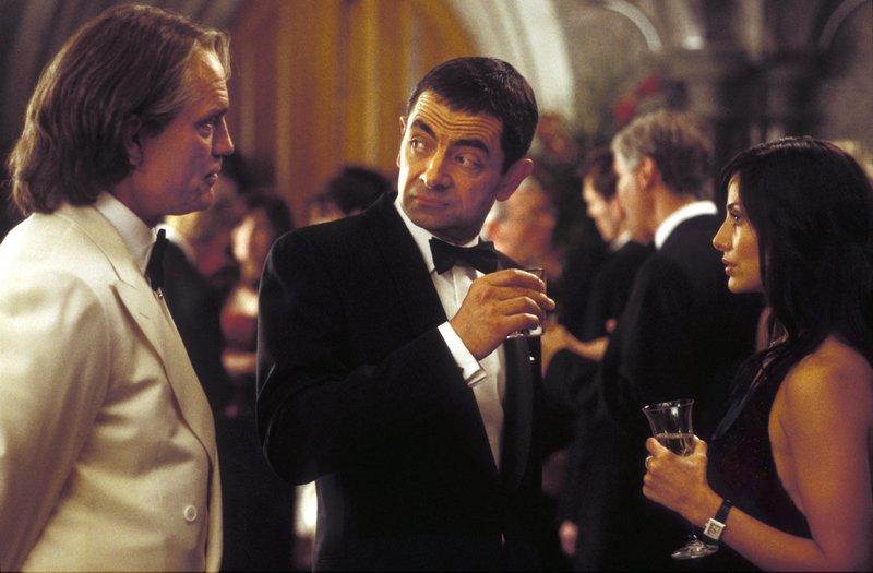 Sauvage (John Malkovich, l.) zeigt Interesse an English (Rowan Atkinson, M.) und Lorna (Natalie Imbruglia, r.), die seine finsteren Pläne stoppen sollen. – Bild: ZDF
