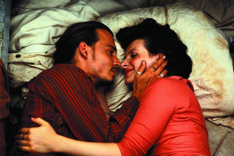 L-R: Roux (Johnny Depp) und Vianne (Juliette Binoche) – Bild: Turner / © 2002, Senator Film
