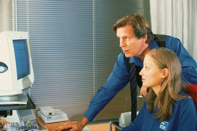 Silke (Alexandra Maria Lara) verbringt ihre ganze Freizeit beim Chatten mittels Computer. Ihr Vater (Sigmar Solbach) glaubt, dass sie für die Schule arbeitet... – Bild: RTL / Wiesen