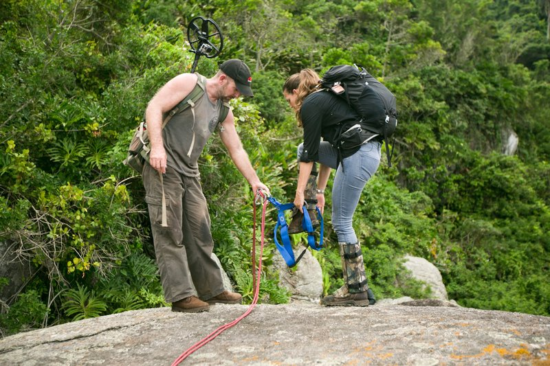 Jeremy Whalen helping Mehgan Heaney-Grier into repelling gear. – Bild: Discovery Channel / Discovery Communications