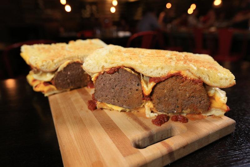 """Das Highlight im """"Emporio"""" in Pittsburgh: Das Sixpack, ein riesiges Sandwich mit viel Ciabatta und sechs großen Fleischbällchen ... – Bild: 2017,Television Food Network, G.P. All Rights Reserved Lizenzbild frei"""
