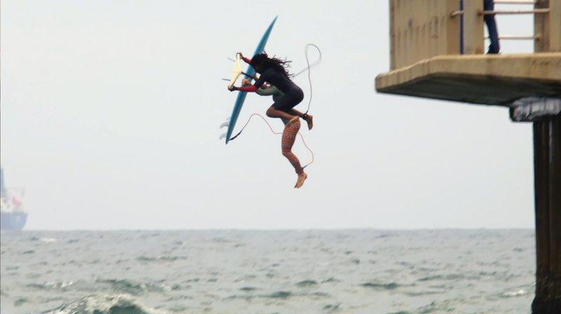 Abkürzung: Suthu Makiwane zeigt Dörthe Eickelberg, wie man am schnellsten in Durbans Wellen gelangt. – Bild: WDR/Chris Valentin