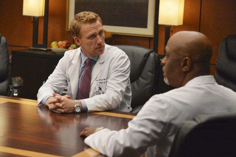 On left: Dr. Owen Hunt (Kevin McKidd) and on right Dr. Richard Webber (James Pickens jr.). – Bild: ABC Studios