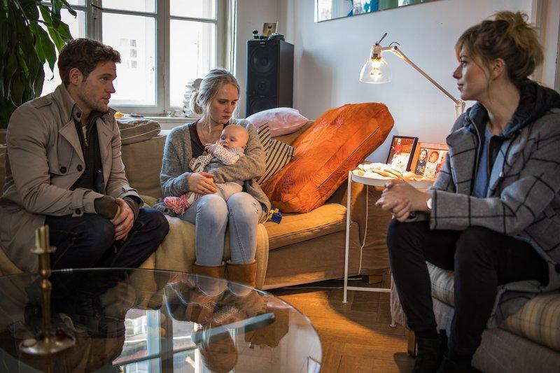 Resi Schwaiger (Mersiha Husagic, r.) und Dominik Morgenstern (Joscha Kiefer, l.) befragen Jenny Krüger (Claudia Hinterecker, M.). – Bild: ZDF