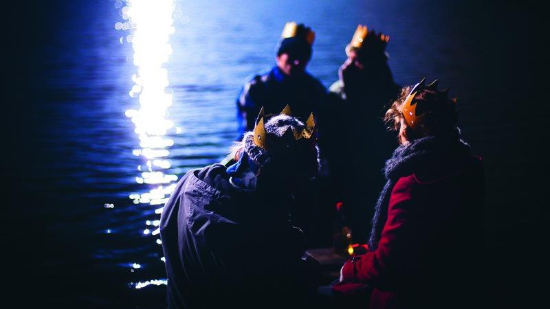 Lara (Jella Haase), Alex (Paula Beer), Fedja (Moritz Leu) und Timo (Jannis Niewöhner) sitzen am Weihnachtsabend gemeinsam in einem Boot. – Bild: ZDF und Sandra Müller