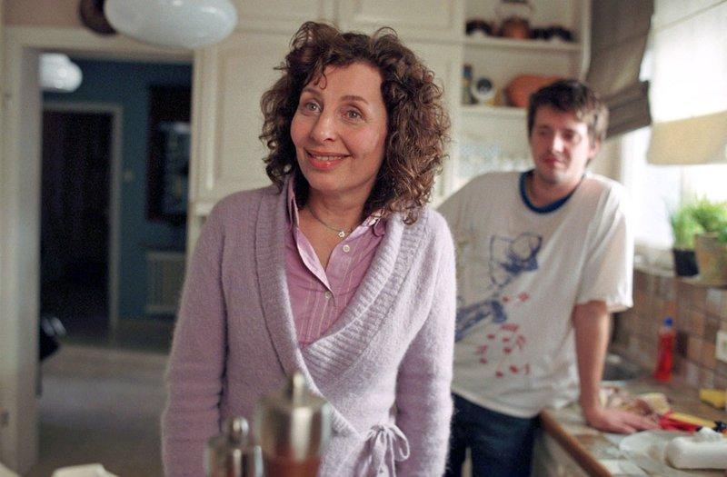 Mutter Claudia (Teresa Harder, l.) findet das Verhalten von Gerhard, seit er weiß, dass seine Tochter Chris (Arne Lenk, r.) heiraten will, recht verwunderlich. – Bild: Sat.1 Eigenproduktionsbild frei