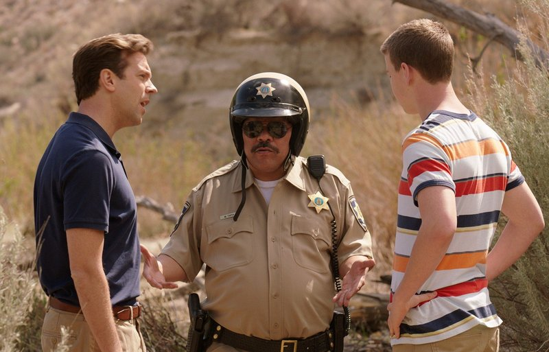 Einer von beiden muss sich opfern und den schwulen mexikanischen Polizisten (Luis Guzman, M.) glücklich machen, sonst droht der Knast: David (Jason Sudeikis, l.) und Kenny (Will Poulter, r.) ... – Bild: bTV - bTV Media Group
