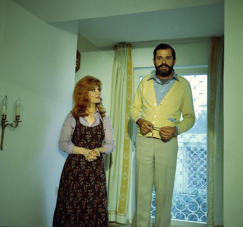 Frau und Herr Heismeier (Eva Berthold und Walter Giller) sind erschüttert, als sie von der Polizei verdächtigt werden, irgendetwas mit dem Tod eines Einbrechers zu tun zu haben. – Bild: ZDF und Neue Münchner Filmprod.