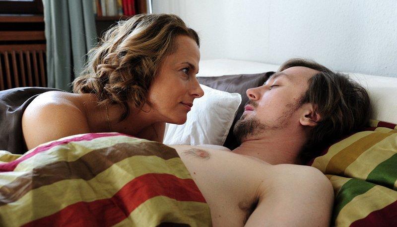 Nach der ersten gemeinsamen Nacht: Kerstin (Claudia Michelsen) und Thomas (Lars Eidinger). – Bild: WDR/C. Pausch