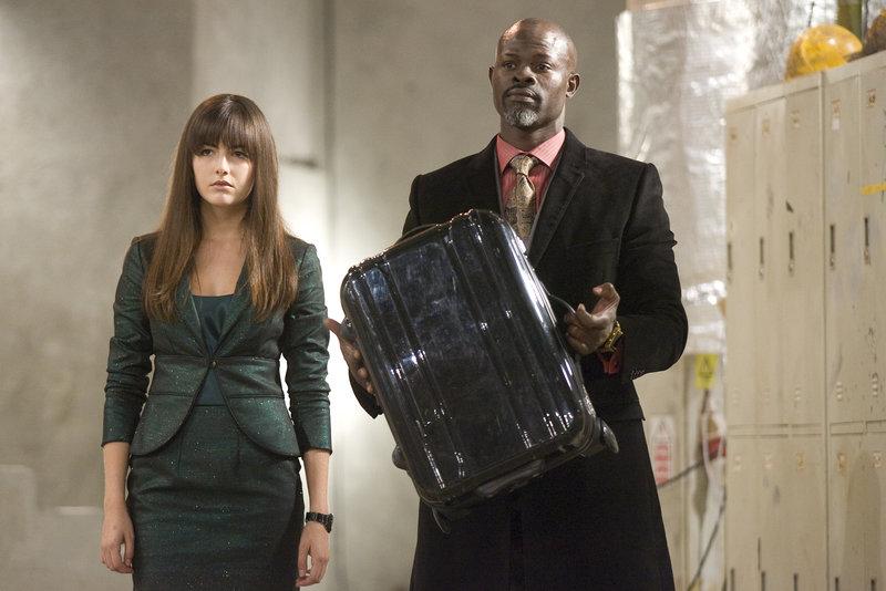 Kira (Camilla Belle) und Henry Carver (Djimon Hounsou) mit dem Koffer – Bild: RTL Zwei
