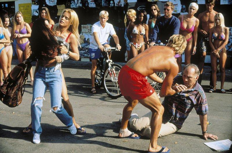 Vorne v.l.: Jamie Duncan (Shay Todd), Neely Capshaw (Gena Lee Nolin), Cody Madison (David Chokachi, Rückansicht) – Bild: Nitro.